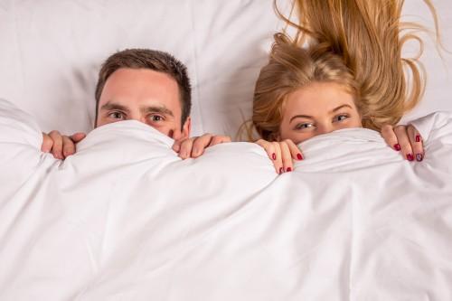 couple sous les draps