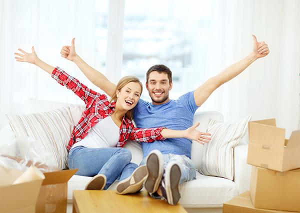 couple heureux nouvelle maison demenagement